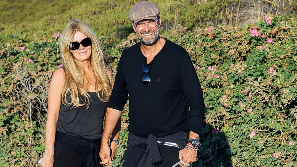 图片报:克洛普与妻子在叙尔特岛度假,骑电动车放松