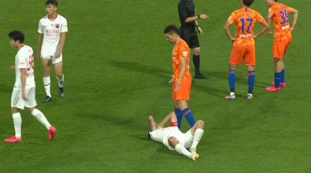 GIF:宋龙放倒郜林被黄牌警告,后者痛苦倒地打滚