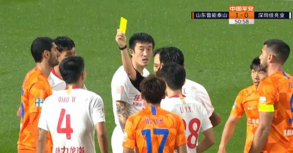 GIF:郭田雨强吃乔巍造成后者犯规,裁判出示黄牌