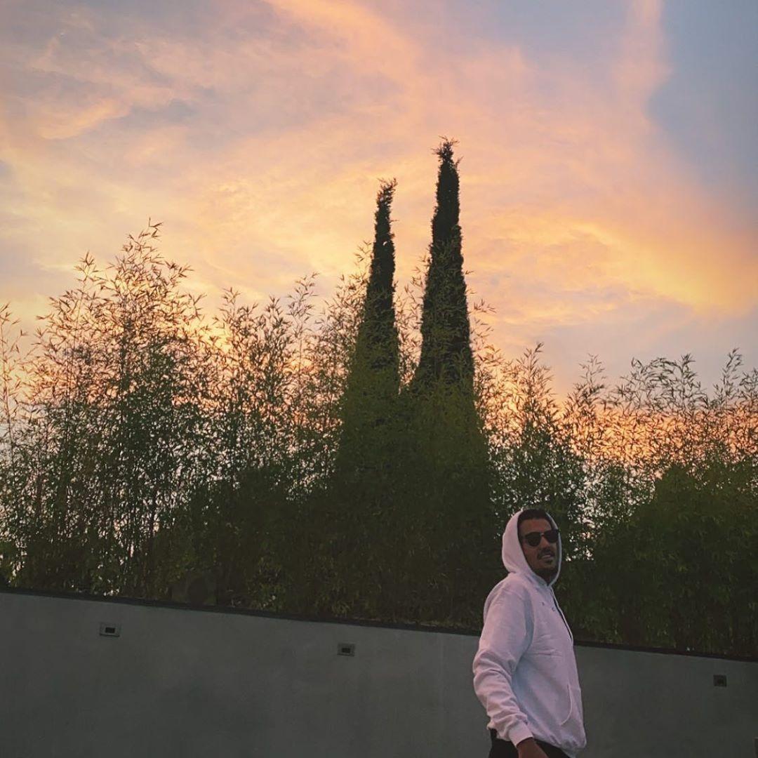 游客照!特雷-杨更新Instagram晒白色连帽衫观光照