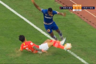 GIF:张琳芃飞铲瓦卡索犯规,主裁判出示黄牌警告