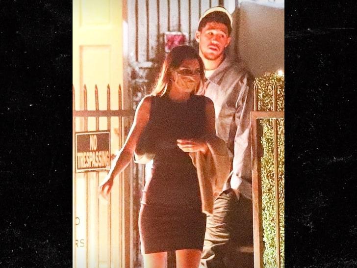 布克与肯达尔-詹娜现身洛杉矶圣莫尼卡海滩高档餐厅用餐