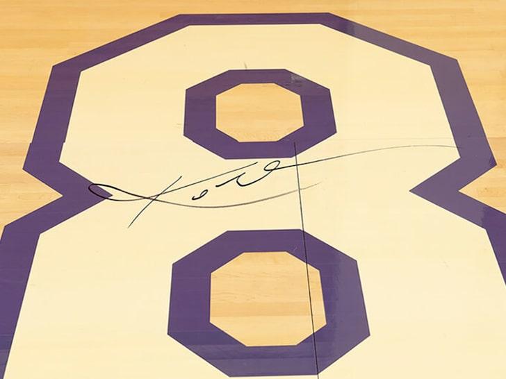 科比退役战的一块由他签名的地板有望拍出50万美元高价