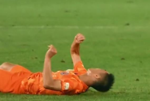 GIF:刘洋回传失误险酿大祸,郑铮铲球后脑着地幸无大碍