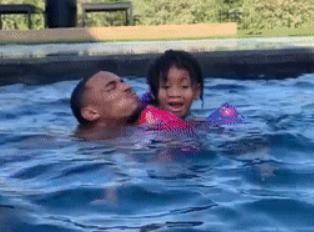 亲子时光!德章泰-默里带女儿跳水