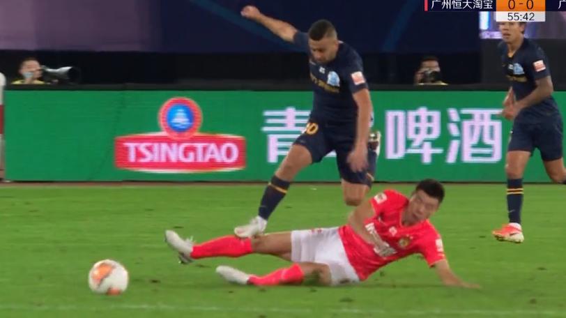 GIF:梅方对萨巴战术铲球犯规染黄,下轮将停赛
