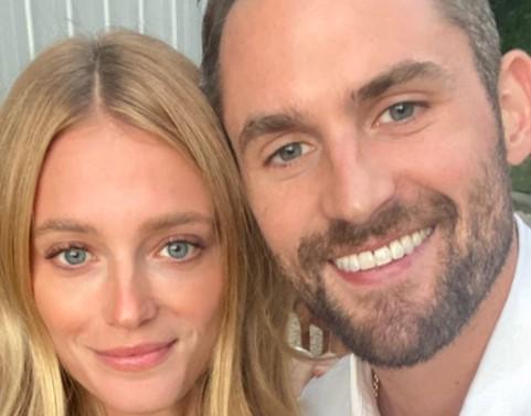 今天,骑士前锋凯文-乐福的女友Kate Bock更新了个人Instagram