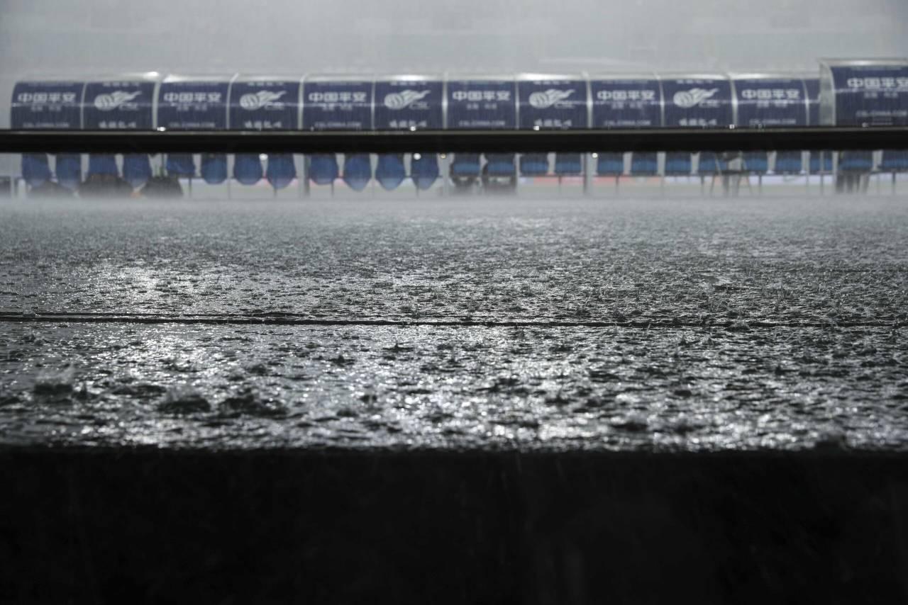 多图流:场内大雨磅礴,上港与黄海比赛延后30分钟 第2张