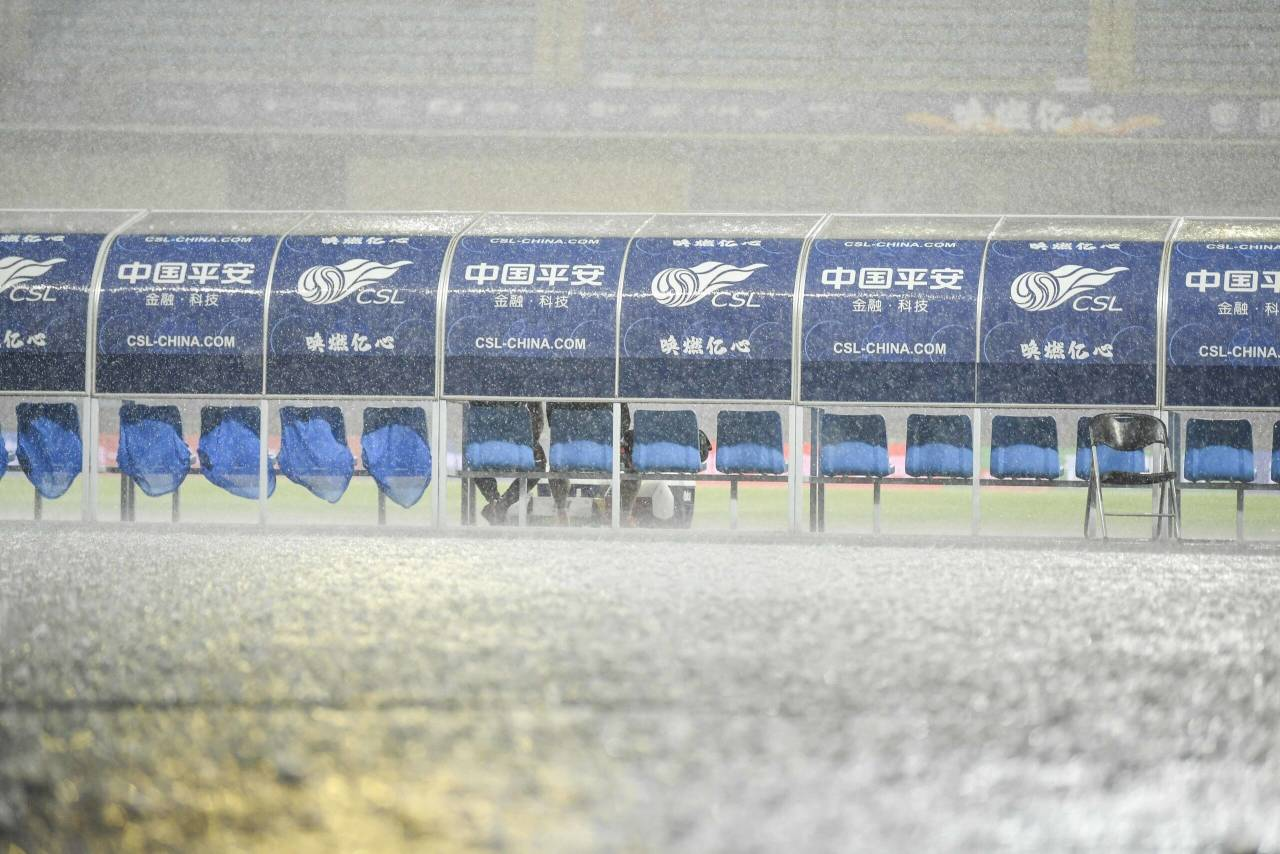多图流:场内大雨磅礴,上港与黄海比赛延后30分钟 第3张