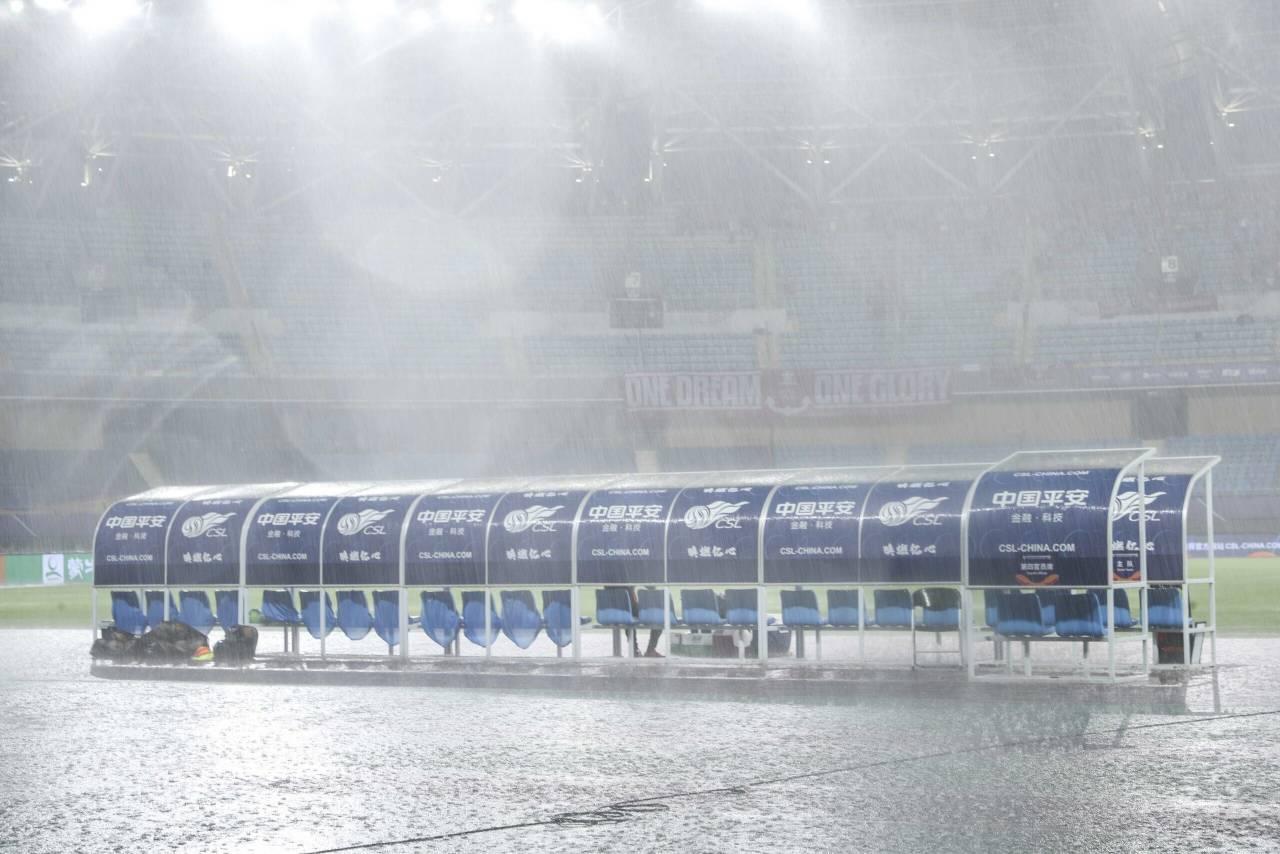 多图流:场内大雨磅礴,上港与黄海比赛延后30分钟 第1张