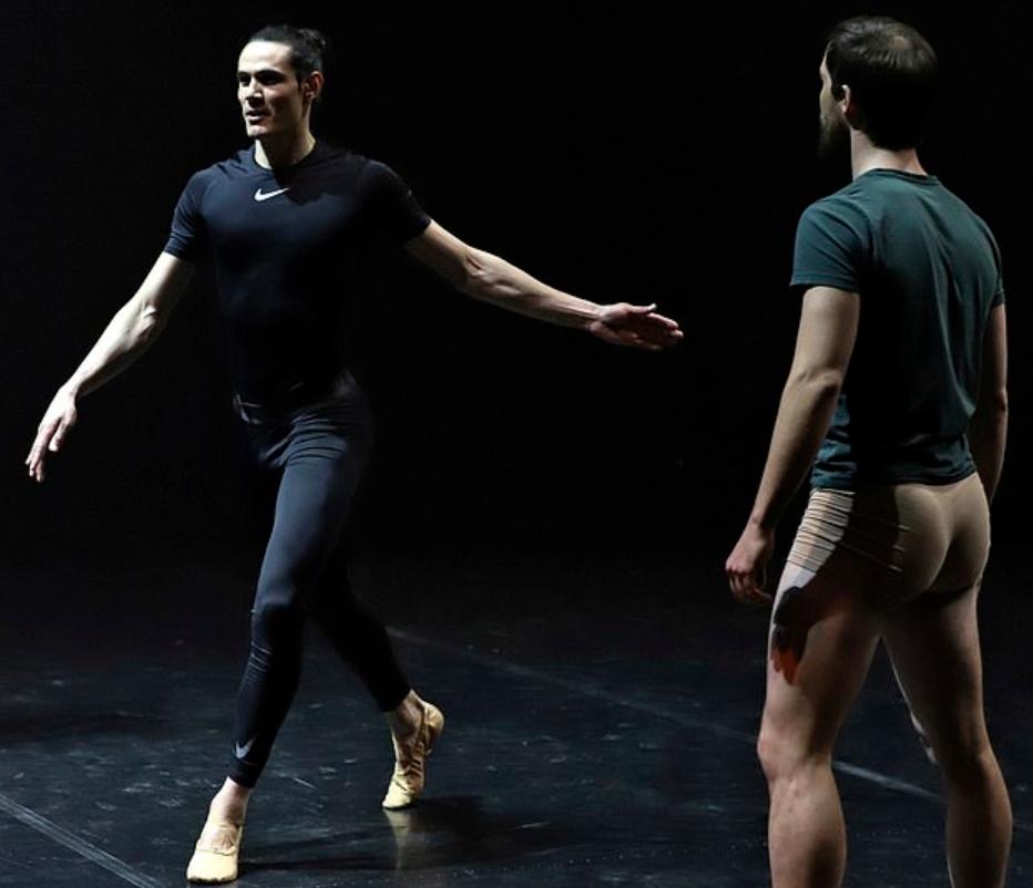 舞姿曼妙!卡瓦尼透露自己通过跳芭蕾舞保持身体状态 第1张