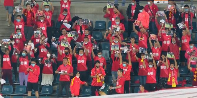 GIF:卡纳瓦罗生日快乐!第47分钟恒大球迷高举卡帅照片
