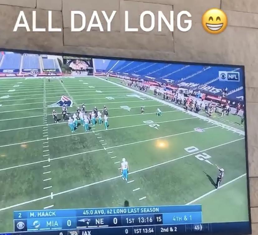 球迷模式!詹姆斯使用电视和平板同时观战三场NFL