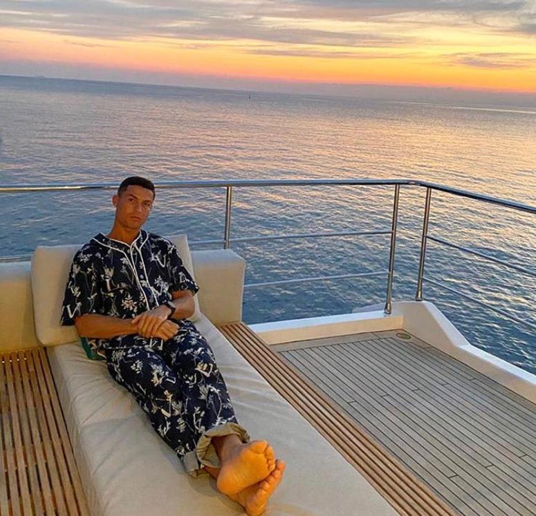《【煜星娱乐测速】一家人乘游艇享海景,C罗Ins晒照:多美的风景啊》
