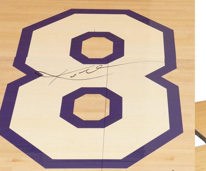 科比退役战签名地板拍卖价格已经涨到25.2万美元