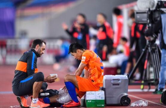 金敬道受伤缺席足协杯对阵大连人,所幸未伤及骨头