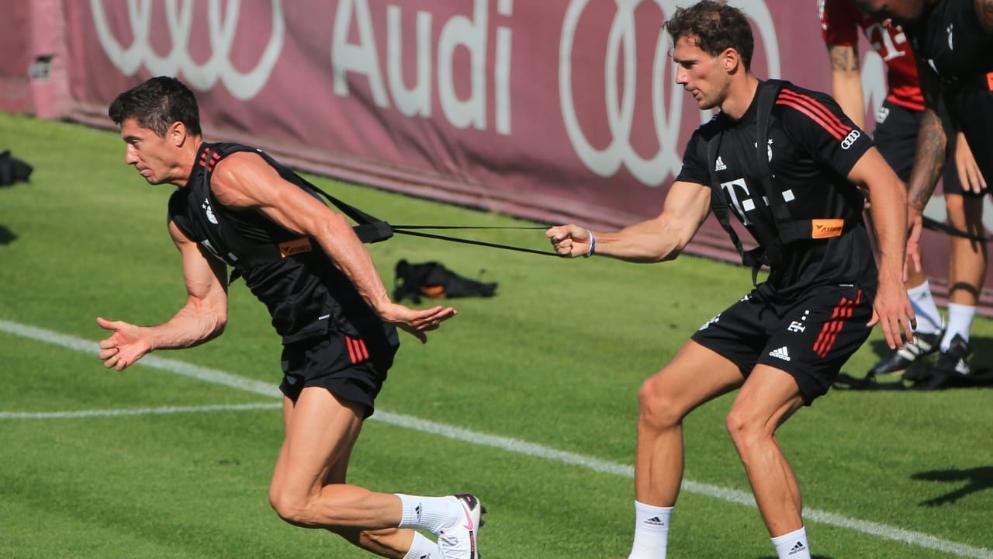 图片报:戈雷茨卡与莱万练习冲刺,凸显完美肌肉