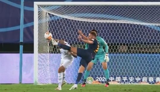 GIF:有些危险,丹尼尔森被托西奇抽射踢中头部
