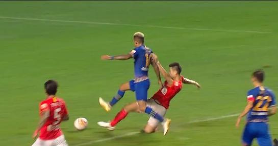 GIF:特谢拉被梅方铲倒裁判未判罚,苏宁球员强烈不满