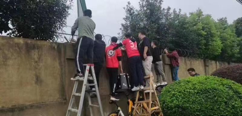 这就是中国球迷!兴城球迷yabo亚搏app围墙外敲鼓助威,搬梯子看球