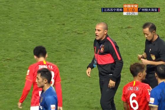 GIF:恒大苏宁发生冲突,卡帅严厉呵斥手下队员冷静