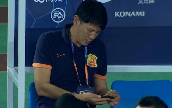 一图流:背后有高人?卓尔领队庞利比赛时使用手机