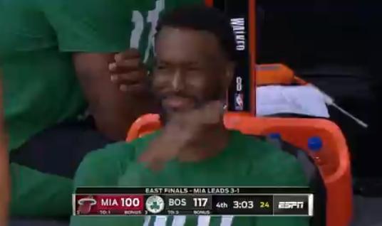 笑容突然凝固,沃克在板凳席闻到了什么?
