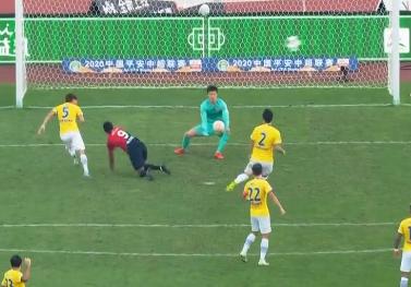 GIF:点球吗?普雷西亚多与周云身体接触后摔倒,未判点球