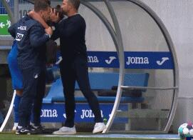 GIF:暖!霍村球员比查克契奇受伤下场,弗里克上前安慰