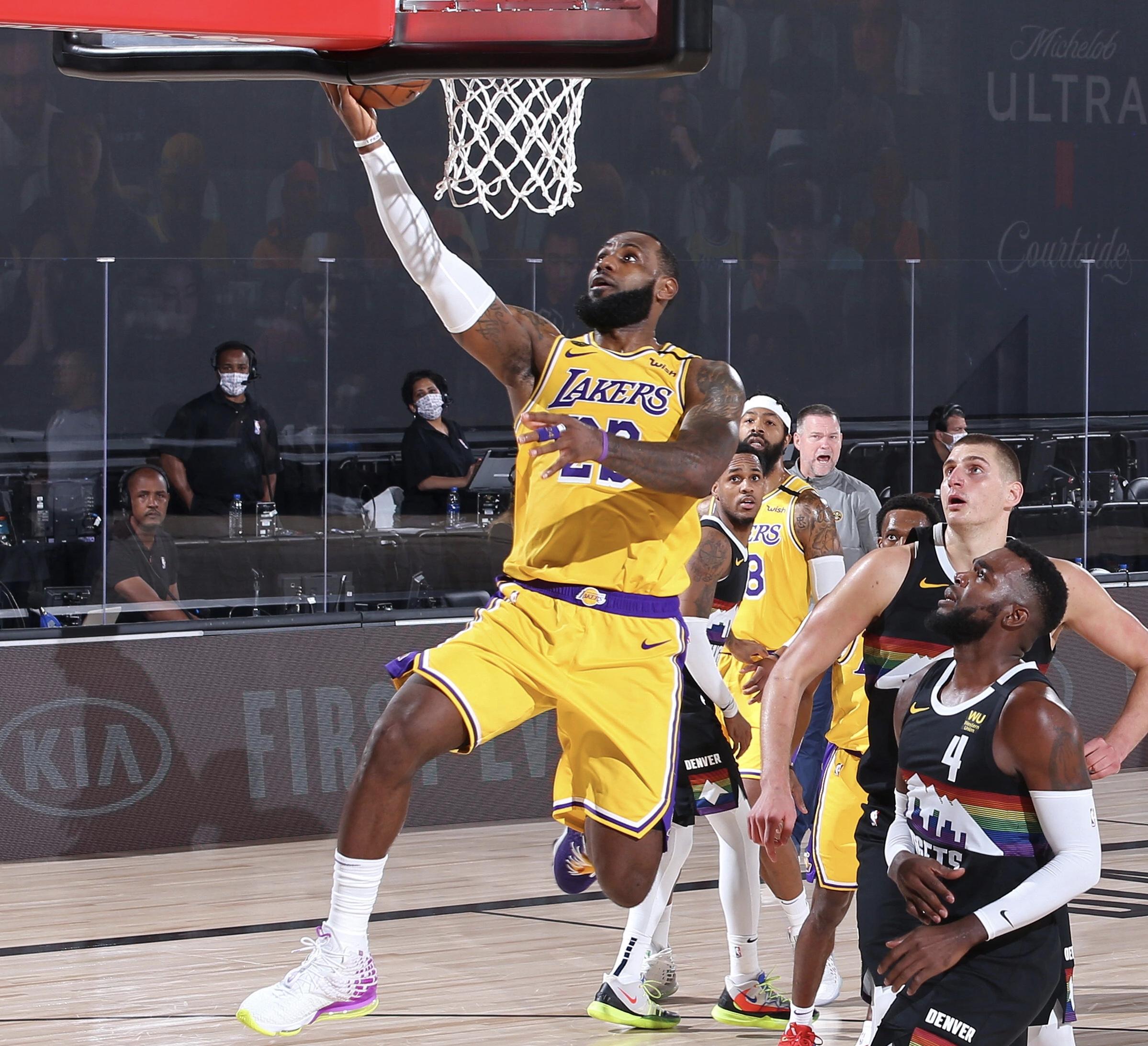 詹姆斯今年前两场赛点数据:32.5分10.5篮板8.5助攻