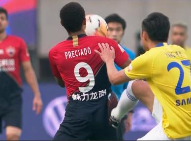 GIF:杨博宇脚踹普雷西亚多,被直接出示红牌罚下