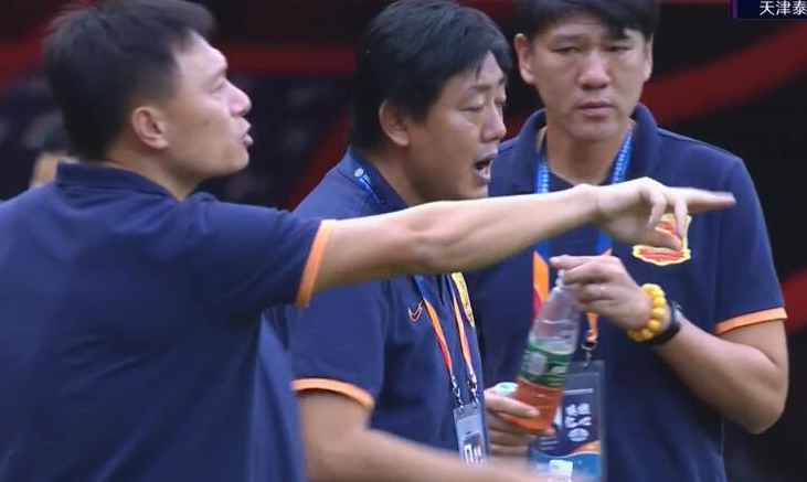 GIF:分不清谁是代理主教练?武汉教练组多人指挥比赛