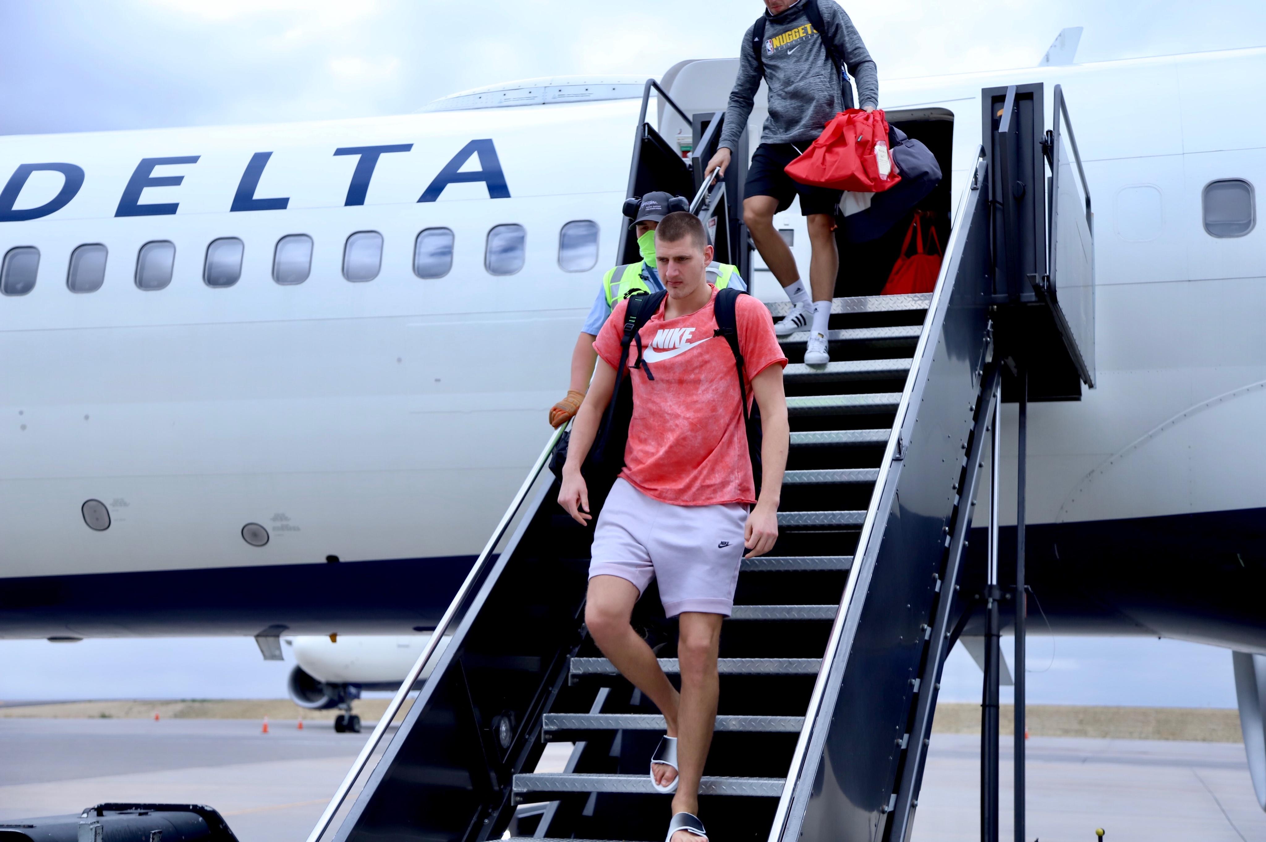 安全到家!掘金官推晒众球员抵达丹佛机场照:到家了