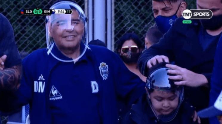 马拉多纳预防新冠装备抢眼,透明面罩酷似太空人