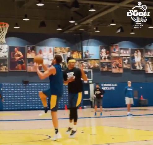 勇士官推晒克莱-汤普森篮球投注软件有哪些训练中劈扣的视频:跳起来吧!