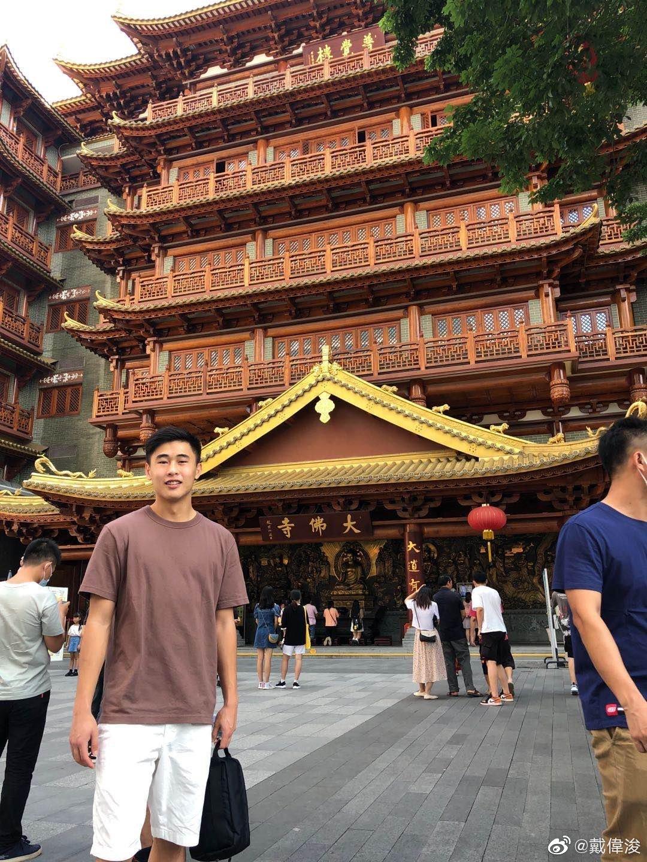 度假放松!深足球员戴伟浚游览广州大佛古寺