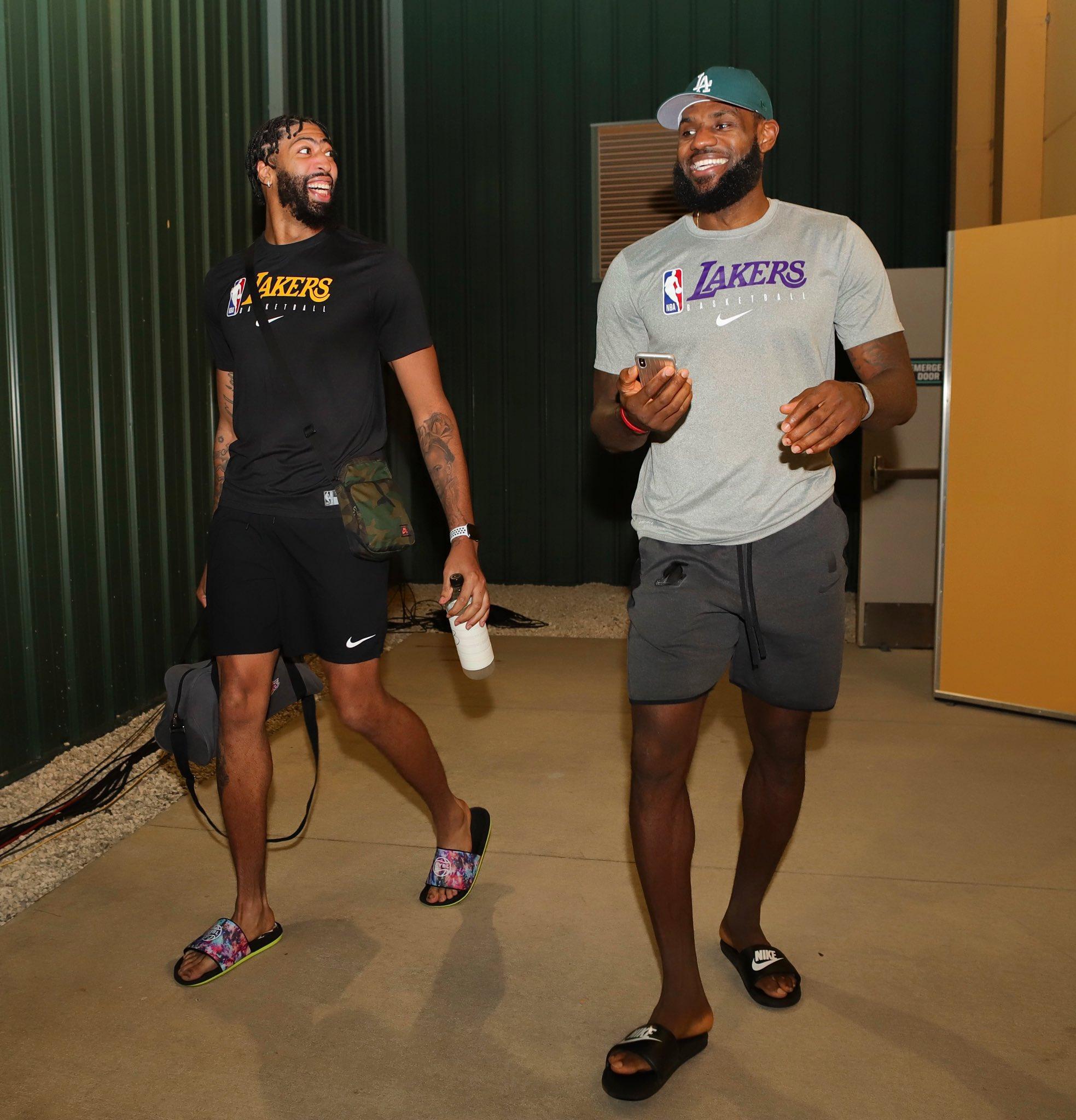 收获胜利!NBA官推发布詹姆斯戴维斯库兹马赛后离场照