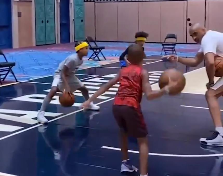 篮球投注软件从篮球投注软件娃娃抓起!湖人助教菲尔-汉迪指导球员的孩子们打篮球