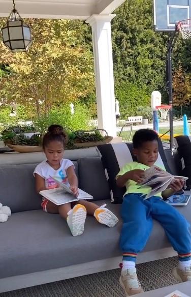 青梅竹马!乔治女儿与威少儿子一起看书