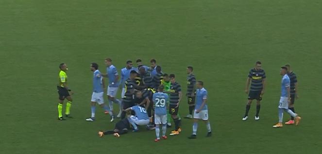 GIF:因莫比莱被铲翻后报复性击打比达尔面部,被红牌罚下