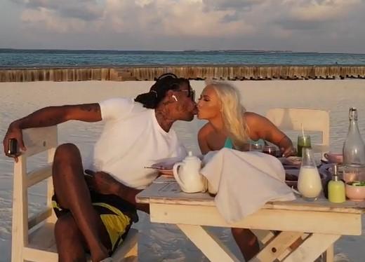 罗斯妻子晒与罗斯接吻的照片,为罗斯送上生日祝愿