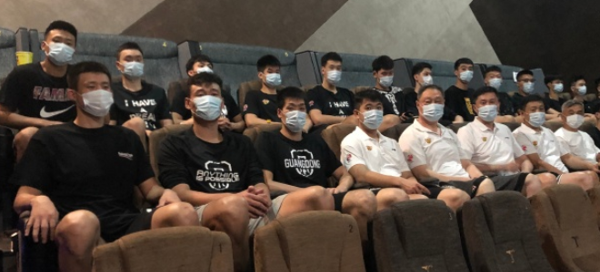 杜锋携广东男篮全队观看电影《夺冠》:每个人都深受感染