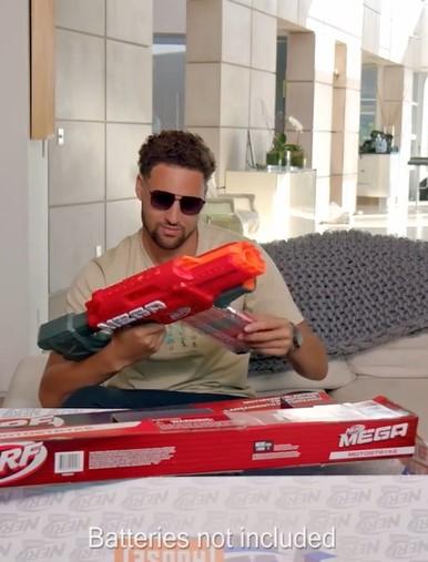 趣味十足!汤普森为玩具枪做广告