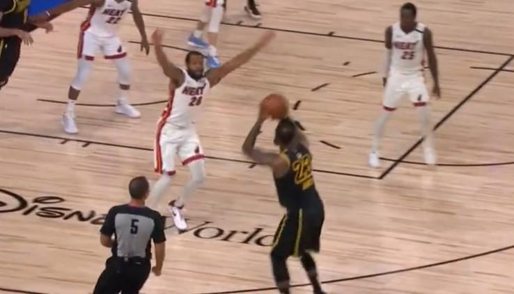 [视频]稳定军心,詹姆斯左侧45度角连续命中3记三分球
