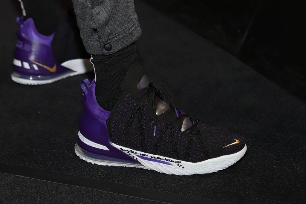 今日球鞋:詹姆斯上脚LeBron 18,浓眉上脚定制金色科5