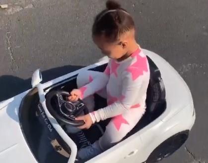 骑车车!威金斯晒女儿骑小车的片段