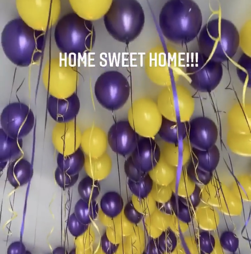 詹姆斯回家后自拍:紫金气球、回家榜首餐、想念自家床
