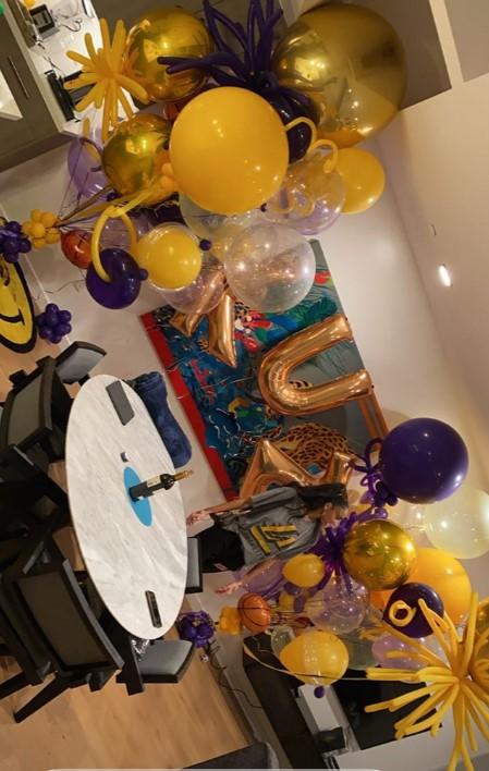 这波酸了?库兹马女友在房间里挂满紫金色气球等他回家