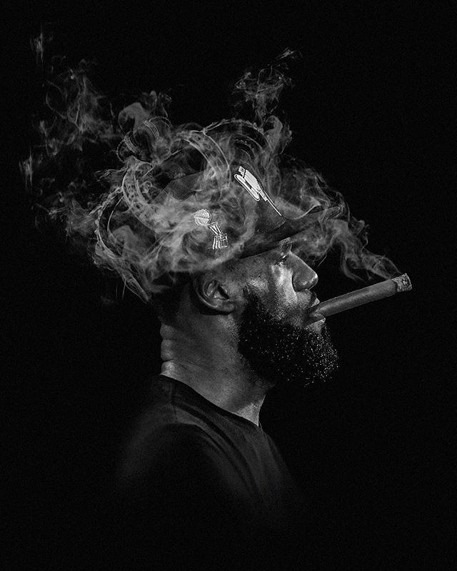 炫酷!著名博主晒原创詹姆斯抽雪茄庆OG真人厅祝第四冠加冕王冠图