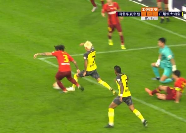 GIF:韦世豪积极拼抢造点,艾克森主罚命中,2-1!
